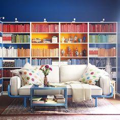 Wohnideen für Freunde eines augeräumten Bücherregals: Die Bücher nach Farbe zu sortieren mag erstmal ganz schön hohl klingen, sieht aber wirklich richtig cool aus, wie wir hier anhand der Mutter aller Bücherregale, Billy von Ikea, sehen können. Ganz ehrlich: Wir haben unsere Bücher auch nach Farbe sortiert und erfreuen uns täglich daran...