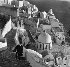 Ελλάδα Σαντορίνη Φηρά 1956 φωτογραφία Walter Carrone. Santorini Island, Santorini Greece, Paris Match, Greek Islands, Old Photos, Past, Black And White, History, World