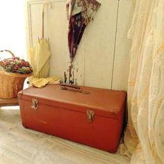 Donner à votre intérieur l'illusion que le temps s'est arrêté avec cette valise ancienne en carton bouilli
