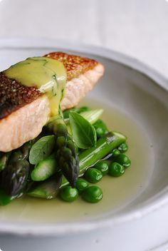 Salmon in broth with asparagus