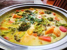 Curry thailandez de legume: cum se face. Reteta de curry thailandez cu cartof dulce, brocoli, morcovi şi lapte de cocos. Pasta de curry galbenă.