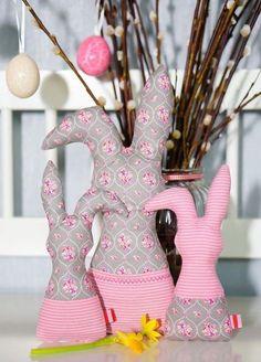 Ein Osterhase aus Stoff darf für das Osterfest nicht fehlen. Wir haben dafür eine Nähanleitung für Euch, mit der Ihr eine Hasenpost selber machen könnt.