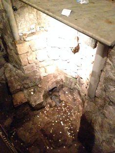 Il pozzo di Maria. Il Protovangelo di Giacomo racconta che l'Angelo Gabriele apparve qui a Maria per la prima volta, mentre attingeva l'acqua, e la invitò a tornare a casa, dove le diede l'annuncio della nascita di Gesù. La fontana si trova all'interno della chiesa greco-ortodossa di San Gabriele.