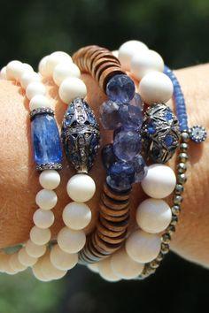 Blue Kyanite and White Bone Bead Bracelet por HappyGoLuckyJewels