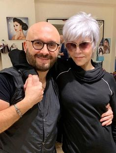 Hair colorist Jack Martin, who helped celebrities like Sharon Osbourne and Jane Fonda ditch the dye and go gray, discusses his process and technique with Page Six Style. Short Grey Hair, Short Hair Cuts For Women, Grey Hair Over 50, Short Choppy Hair, Funky Short Hair, Jane Fonda Hairstyles, Scene Hairstyles, Gray Hairstyles, Wedding Hairstyles