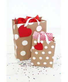 Aprenda a fazer sacolinhas de papel e personalize os seus presentes e lembrancinhas