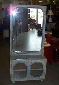 Mobile in ferro su ruote con specchio e sportelli ricavati da automobili vintage. Jukebox, Automobile, Vintage, Iron, Car, Vintage Comics, Autos, Cars
