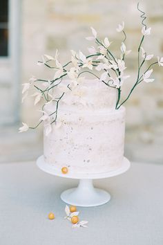 If we had to describe this one-of-a-kind shoot in three words, we'd choose romantic, effortless, and intentional. One of our favorite elements? THE CAKE! | Photo: @lucymunozphotography #stylemepretty #weddingcake #simpleweddingcake #whiteweddingcake #smallweddingcake Donut Bar Wedding, Dessert Bar Wedding, Wedding Cupcakes, Wedding Desserts, Wedding Reception Decorations, Wedding Cake Toppers, Wedding Centerpieces, Small Wedding Cakes, Wedding Cake Rustic