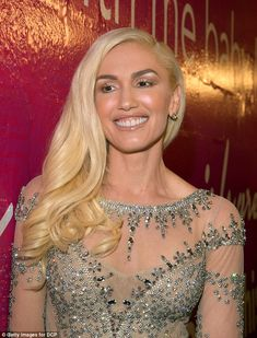 Gwen was barely recognisable when she arrived at Sunday night's Billboard Music Awards (BBMAs), eschewing her trademark red lipstick in favour of a glossy nude palette - and sparking a social media storm