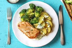 Pan-Seared Garlic Chicken with Crispy Broccoli and Potatoes Huancaina Healthy Snacks, Healthy Eating, Healthy Recipes, Plats Healthy, Hello Fresh Recipes, Garlic Chicken Recipes, Aesthetic Food, Clean Eating, Dinner Recipes