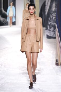 Hermès Spring 2021 Ready-to-Wear collection, runway looks, beauty, models, and reviews. Fashion Runway Show, Fashion Show Collection, Fashion Week, Spring Fashion, Fashion Trends, Paris Fashion, Bouchra Jarrar, Fishnet Dress, Fashion Week Paris