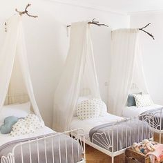 Adorable shared kids room, shared girls bedroom with three beds Deco Kids, Shared Rooms, Shared Bedroom Kids, Childrens Bedrooms Shared, Kids Room Design, Nursery Design, Big Girl Rooms, Boy Rooms, Girls Bedroom