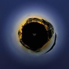 |Asteroide B330 - il Geografo| Fotografia Ogni pianeta visitato dal Piccolo Principe può essere considerato una metafora della natura umana. Il pianeta Dusk potrebbe ricordare l'asteroide B330. Suo unico abitante è il geografo, vecchio sapiente che trascorre le sue giornate trascrivendo le informazioni degli esploratori che incontra. Il suo pianeta è vasto, ma lui non sa se ci siano fiumi o montagne «lui è una persona troppo importante per partire alla loro ricerca».