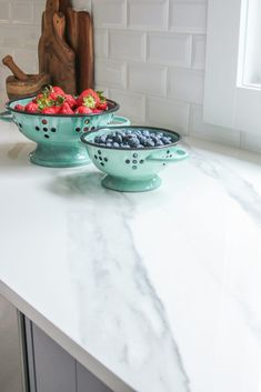 Solid Surface Countertop Options Pros and Cons Aqua Kitchen, Walnut Kitchen, Eclectic Kitchen, Kitchen Colors, Kitchen Ideas, Kitchen Design, Countertop Options, Solid Surface Countertops, Countertop Materials