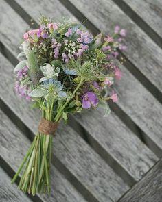 """ich glaub ich hab meinen Brautstrauß gefunden   Eigentlich war ich total sicher dass ich einen """"runden"""" Strauß will und habe über was anderes gar nicht mehr nachgedacht.  Als ich dann aber einen Blumenkranz für die Brautfrisur gesucht hab bin ich auf das Bild von einem """"locker zusammengebundenen"""" Strauß gestoßen und find ihn einfach so schön   #instabräute #instabraut #instahochzeit #instawedding #hochzeit #wedding #vintagehochzeit #vintagewedding #rusticwedding #shabbychicwedding…"""