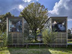 Дом ZEN-Houses в Чехии http://kleinburd.ru/news/dom-zen-houses-v-chexii/  ZEN-Houses — дом в городе Либерец, Чехия, площадью 75 квадратных метров, он поражает своим упрощённым подходом к самой идее жилищного строительства. 1. Студия Petr Stolín Architekt разработала этот проект, используя производственные модули, выполненные из SIP-панелей (структурные изолированные панели). Две вытянутые прямоугольные призмы соединены между собой деревянным настилом. В одном из объёмов размещается…