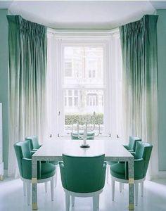 Le ton intense de vert jade et le style ombré (dégradé) est mis en valeur sur les rideaux de cette haute fenêtre, grâce aux chaises de couleur assortie.