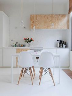 I love lights like this! // A smart and wonderful small living space - my scandinavian home Esas sillas para el comedor de diario! Kitchen Interior, New Kitchen, Kitchen Decor, Kitchen Dining, Kitchen White, Dining Room, Kitchen Chairs, Kitchen Ideas, Studio Kitchen