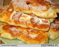 Taratuszki 1,5 szklanki kefiru (albo zsiadłego mleka). • 1 jajko • 3 łyżki cukru • 2 łyżki roztopionego masła/oleju • 0,5 łyżeczki soli • 0,5 łyżeczki sody • mąki 3-4 szklanki (jeżeli ciasto przylepia się do rąk, dosypać jeszcze) • torebeczka cukru waniliowego albo 1 łyżka koniaku Zagnieść miękkie ciasto (ale żeby nie przylepiało się do rąk) /można w maszynie - cykl wyrabianie makaronu/, nakryć i zostawić na około 30 minut. Następnie posypać stół mąką, podzielić ciasto na 2 części…