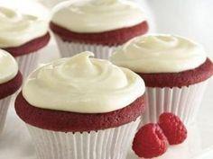 Deliciosos cupcakes de red velvet con betún de queso crema. Ideal para cualquier ocasión, a mi me gusta prepararlos en navidad y regalarle a mis amigos un dulce detalle.