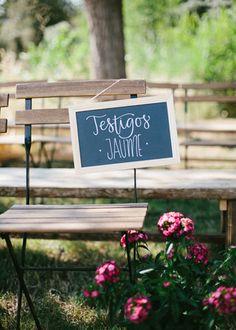 Pizarra para marcar los sitios en la ceremonia. Boda hipster al aire libre organizada por Detallerie. Chalk sign for the ceremony seating. Outdoors hipster wedding by Detallerie.