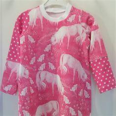 Tunika med hester - 350,00 NOK - Søt tunika med hvite hester på rosa bunn, sydd i bomullsjersey  str 92  Vask: 40 grader - 1-3 arbeidsdager