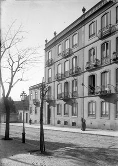 Rua das Amoreiras, Lisboa (A.F.C.M.L., c. 1905) Old Pictures, Old Photos, History Of Portugal, Capital City, Back In The Day, Time Travel, Portuguese, Around The Worlds, Black And White