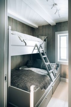 Køyenesengene er spesialdesignet for hytta. Bunk Rooms, Bunk Beds, Chalet Interior, Custom Kitchens, Cabin Interiors, Winter House, Cottage Living, Log Homes, Kitchen Interior