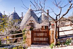 Haus in Ostuni, Italien. Spend a unforgettable holiday in the enchanting surroundings of the town of Cisternino (reachable from the near airports of Bari and Brindisi).   Trullo Edera offers a heaven of peace and tranquillity, set in an elevated position with a stunning v...