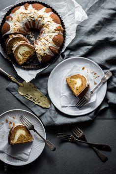KLITZEKLEIN | OH MY! ♥ Möhren-Gugelhupf mit Käsekuchenswirl. Wenn sich zwei Lieblingsleckereien in einer Backform treffen. | http://www.klitzekleinesblog.de