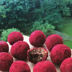 recept rawfood lakritsbollar med lingonpulver, nyttig fika, hälsosam fika utan socker, sockerfrita recept