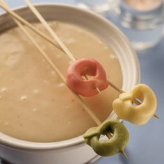 Tortellini and cheese fondueGreat for the kids! Tortellini and cheese fondue Fondue Recipes, Appetizer Recipes, Cooking Recipes, Fondue Ideas, Appetizers, Grill Recipes, Party Recipes, Cheese Recipes, Copycat Recipes