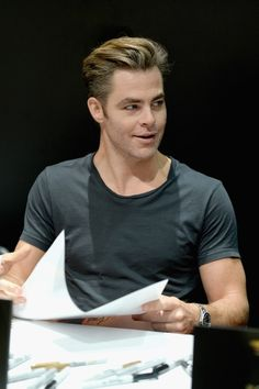 Chris Pine Photos - Actor Chris Pine from the 2017 feature film Wonder Woman signs autographs for fans in DC's 2016 San Diego Comic-Con booth at San Diego Convention Center on July 23, 2016 in San Diego, California. - 'Wonder Woman' Cast Signing at San Diego Comic-Con 2016