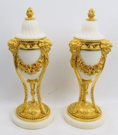 Paar vergoldete Louis XVI Bronze Deckel-Vasen Beisteller Cassolettes Tripode