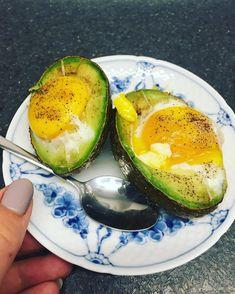 Bagte æg fyldt avokado - ugnsbakade ugnsbakad ägg fylld avokado - recept opskrift fav: jeg laver den i ovn, slå et æg ud i advokado, bag i oven på 200 grader til det er blødkogt