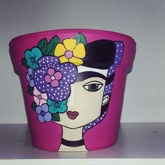 Frida kahlo Painted Flower Pots, Painted Pots, Hand Painted, Flower Pot Art, Flower Pot Crafts, Clay Vase, Clay Pots, Diy Hacks, Pottery Painting