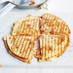 We love quesadilla! In deze variant vul je de tortilla's met tonijn, tomaat, frisse lente-ui en romige mozarella I Love Food, Good Food, Yummy Food, Quesadillas, Tapas, Mozarella, Pita, Shawarma, Healthy Grilling