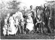 Ulla Tofte, 47, Frederiksberg C. Min farfar (f. 1924) var ret sammensat: Læge, oberst i militæret og stemte konservativt, men kørte samtidig 2cv, lavede micro-macro mad og havde indrettet et helt hjem med kork på alle gulve og anvisninger på knibeøvelser på badeværelset. Det er ham med strikket vest nr 3 fra venstre. Min farmor er nr 1 fra venstre. De andre er onkler og tanter - det eneste 'pæne' par på billedet (herren med briller og damen med bobbet hår) tilhører ikke familien (1974).