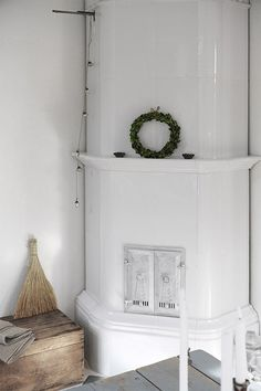 Traditional scandinavian home Interior Decorating, Home, Decor Design, Summer Home Decor, Scandinavian Home, Old Houses, Fireplace Mantels, Inside Home, Swedish House