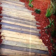 This Recycled Pallets Walkway is giving a rustic look and the wooden pallets are not polished which are giving a nice look. The different shaded Recycled Pallets are used in this Recycled Pallets Walkway. Pallet Walkway, Gravel Walkway, Concrete Path, Outdoor Walkway, Brick Walkway, Walkways, Walkway Ideas, Path Ideas, Backyard Projects
