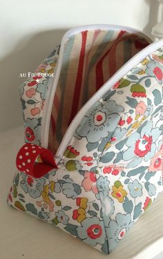 These fabrics from Liberty are a nice combination. Coin Couture, Couture Sewing, Costura Diy, Diy Sac, Diy Wallet, Diy Handbag, Pencil Bags, Sewing Art, Purse Patterns
