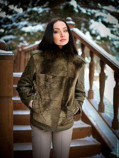 Куртка стиля Aversize `Косуха`,комбинированная из меха и кожи овчины. Кожа утеплённая флисом (настроченный). Мех шертипоном (итальянский утеплитель). Застёжка на молнии,а так же карманы и рукава.