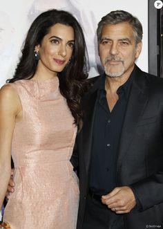 """George Clooney et sa femme Amal Alamuddin Clooney - Avant-première du film """"Our Brand Is Crisis"""" au TCL Chinese Theater à Hollywood, le 26 octobre 2015."""