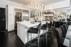 Mayfair living: Alexander McQueen's former home is perfect for entertaining, with an expansive kitchen and dining area Alexander Mcqueen, Dining Area, Kitchen Dining, Dining Room, Lustre Vintage, London Mansion, Penthouse London, High End Kitchens, White Kitchens