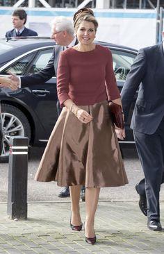 Reina Máxima de Holanda Acto: Inauguración 'Almere on stage', Almere (Países Bajos). Fecha: 5 de febrero de 2015. 'Look': Máxima lució un 'top' en tono marsala que coordino con una falda campana en dorado.