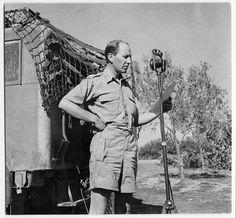 CBC war correspondent Matthew Halton preparing to broadcast in Sicily, Italy, August 20, 1943 / Le correspondant de guerre de la CBC Matthew Halton se prépare à entrer en ondes en Sicile (Italie), le 20 août 1943