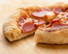 Jakten på den perfekte pizza fortsetter med uforminsket styrke. Denne pizzabunnen har blitt en favoritt og er basert på det kjente og etterhvert svært så kjære eltefrie grytebrød. De siste å... Ciabatta, Hawaiian Pizza, Pepperoni, Allrecipes, Languages, English, Kitchens, Speech And Language, English Language