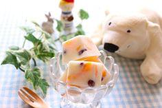 鹿児島発祥の氷菓の「白くま」かき氷の上に練乳をかけて、缶詰などの果物を盛り付けて、その上に小豆を乗せた、そんなイメージでしょうか?最近では、全国のスーパーでカップや棒アイスなどで販売していますね。今日は、この白くまのおうちで簡単に、しかもかわいく作る方法をご紹介します。ぜひ、作ってみてください。 おうちで簡単!「白くまアイス」がおうちでできる!しかもキューブ型でかわいい♪(再現レシピ研究家 稲垣飛鳥)