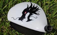 """Motif tribal dragon sur fond """"Lunar White"""" réalisé sur un bois 5 R11"""