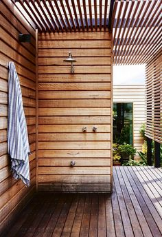 Refreshing Outdoor Shower Ideas That Enhance The Beauty Of Your Landscaping Outdoor and Spaces For some, an outdoor shower in the home is more important than a luxury tub. This is because having an outdoor shower can open up so many opportunitie… Outdoor Baths, Outdoor Bathrooms, Outdoor Showers, Outdoor Kitchens, Modern Backyard, Backyard Landscaping, Backyard Designs, Outdoor Spaces, Outdoor Living